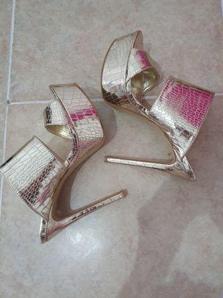 sandalias doradas de tacones