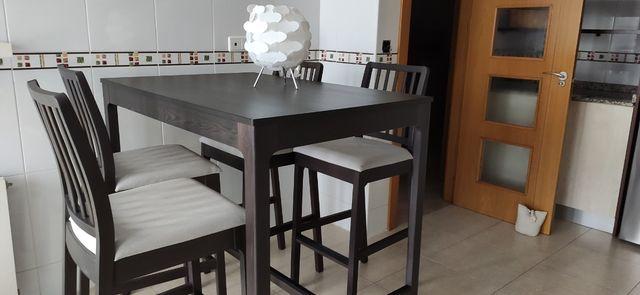 Mesa alta de cocina con 4 sillas