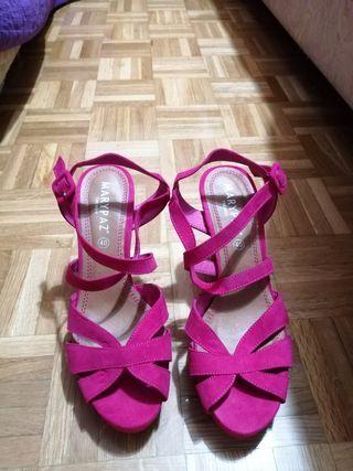 Vendo sandalias color fucsia.