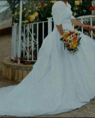 buscas un vestido de novia antiguo ?