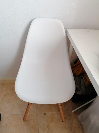 Silla blanca patas de madera