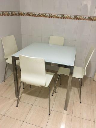Mesa blanca de cristal templado y 4 sillas blancas