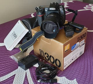 Cámara digital Nikon D300 con objetivo