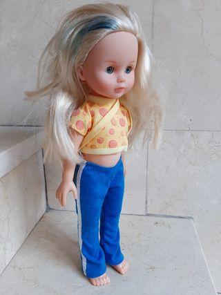Muñeca con traje y bolso.