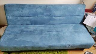 Sofa cama terciopelo azul.