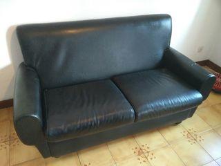 Sofá negro dos plazas