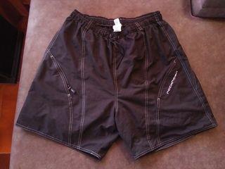 Pantalón corto de ciclismo marca Rockrider.