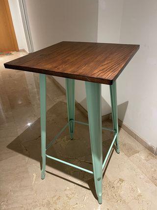 Mesa alta y dos taburetes