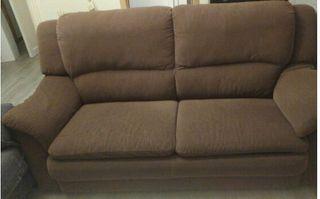 Sofá de dos plazas amplio y cómodo