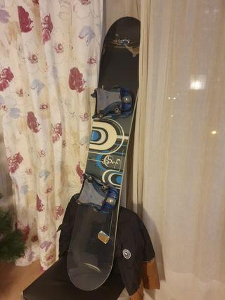 Tabla snowboard azul con fijaciones