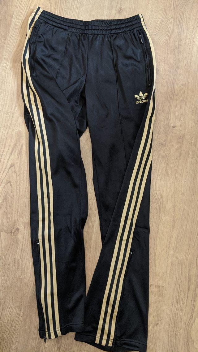 asqueroso Marte ventaja  Pantalón chándal Adidas negro y dorado de segunda mano por 25 € en Madrid  en WALLAPOP