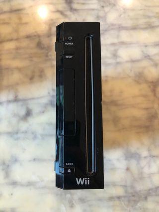 Wii negra con mandos, volantes y juegos
