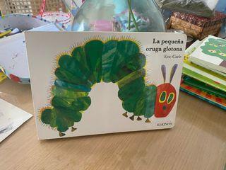 Libro cartone la pequeña oruga glotona