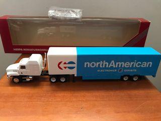 Precioso camión trailer americano MACK Herpa 1:87