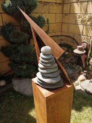 escultura jardin. piedra hierro