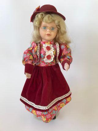 Muñeca de porcelana vestido rojo