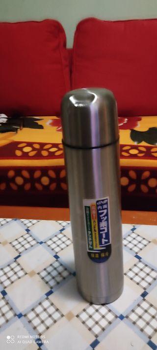termo mantiene el café con leche caliente
