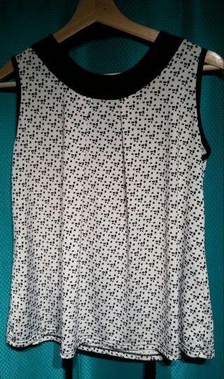 Blusa blanca con puntos negros y escote de mujer