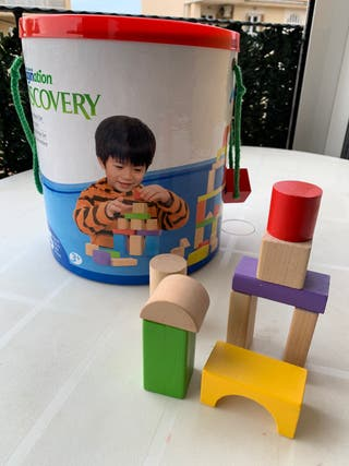 Cubo con bloques de madera