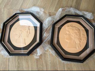 Dos cuadros con esculturas de escayola y cristal