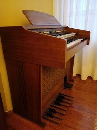 Piano/ Órgano antiguo. Pieza de colección. Orla.