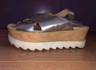 Sandalias cruzadas plateadas