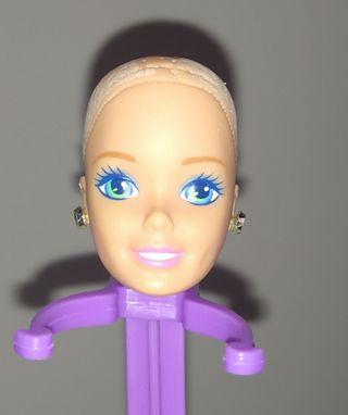 Cabeza muñeca Barbie antigua con pendientes.