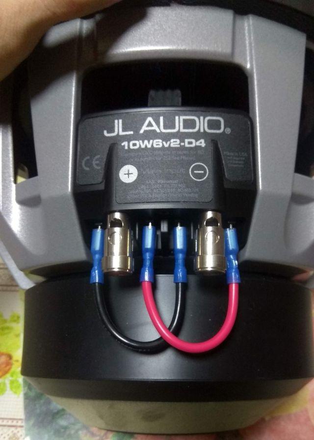 Subwoofer JL Audio 10w6v2-d4 con cajón y rejilla