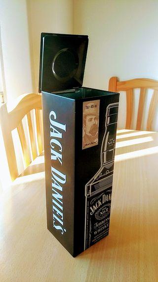 botellas.y cajas vacias.de metal.y carton prensado