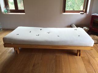 Vendo cama de madera y futón de algodón