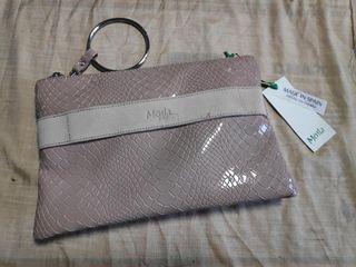 Bolso pequeño color beige, con etiqueta.