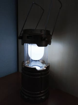 Linterna portátil grande con panel solar.