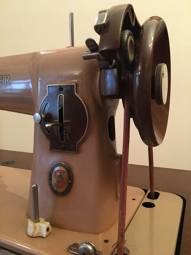 Máquina de coser SINGER en mueble castellano
