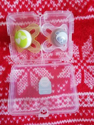 Pack chupetes MAM látex con caja esterilizadora