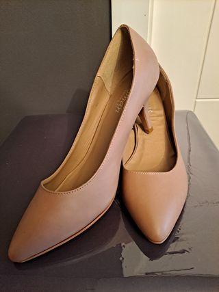 Zapatos salón, color nude, n. 40