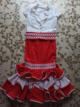 falda con cinturón y camisa flamenca