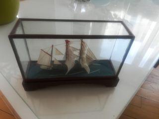 maqueta de velero tipo goleta en urna de cristal
