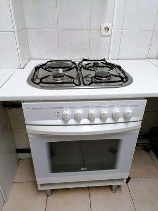 cocina, horno y extractor y refrigerador