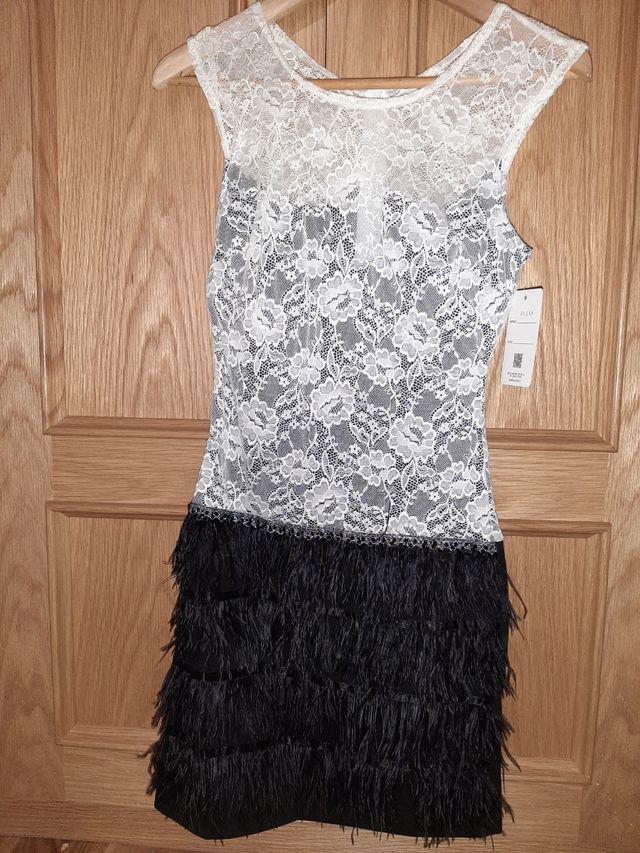 vestido de encaje con falda de plumas