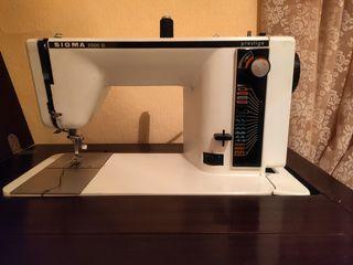 Máquina de coser Sigma con mueble