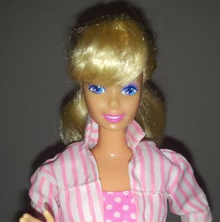 Barbie muñeca rubia vestido de lunares.