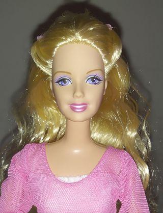 Barbie muñeca rubia con recogido.