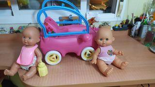 Juguete de un coche y dos bebés muñecos