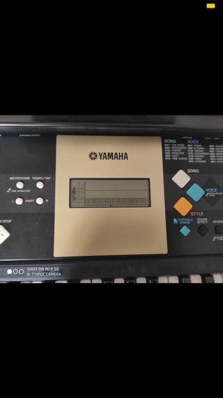 Órgano Yamaha.