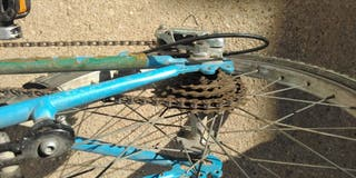 Bicicleta azul de 20 pulgadas con timbre y marchas