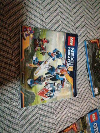 2 cajas llenas de piezas de lego