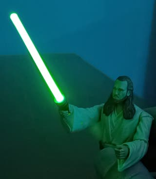Qui-Gon Jinn - Star Wars con sable láser iluminado