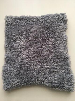 cuello de color gris