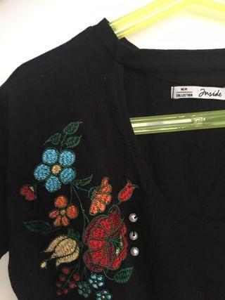 camiseta de manga corta con bordado floral