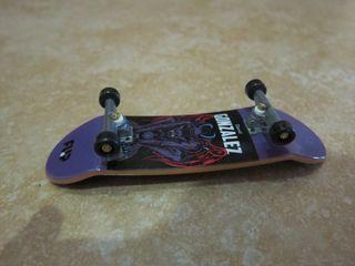 Finger skate techo deck.